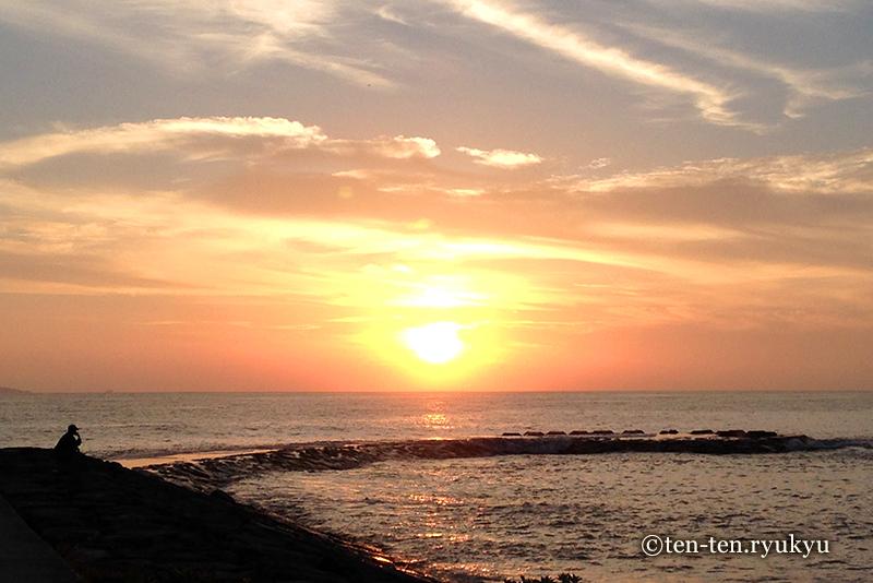 日の出を眺める人がいた-うるま市宇堅ビーチにて