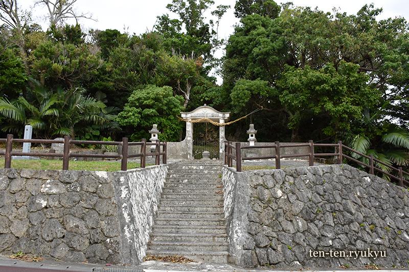 舜天一族の墓があるとされるナスの御嶽(北中城村仲順)