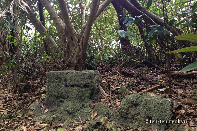 アマミキヨが腰かけた石-久高島