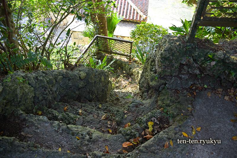 食栄森御嶽(イームイ御嶽)の急な階段